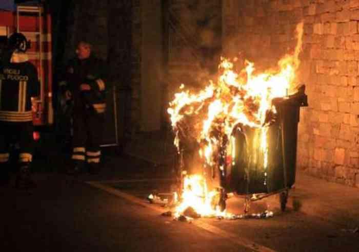 San Cesario: cassonetti ancora a fuoco nella notte