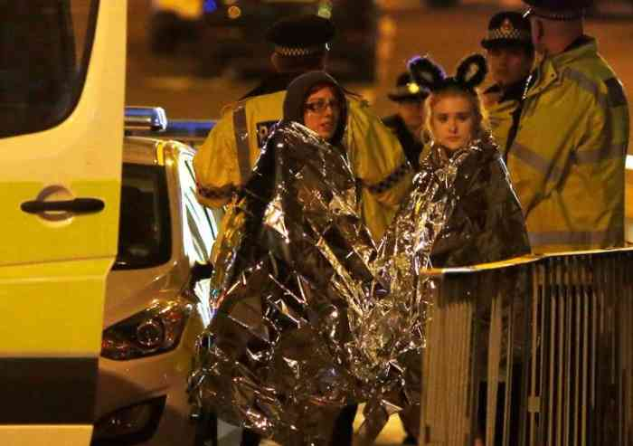 22 morti e una cinquantina di feriti, l'attentatore è morto sul colpo