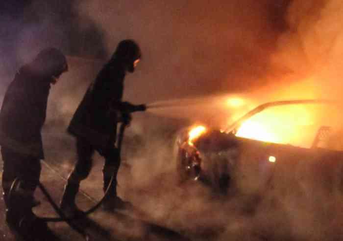 Due auto e un escavatore incendiati nella notte