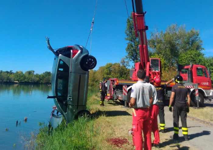 Tenta il suicidio lanciandosi con l'auto dentro al lago