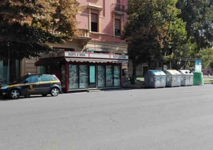 Rapina in via Emilia ovest, edicolante ferito alla gola con un coltello: è grave