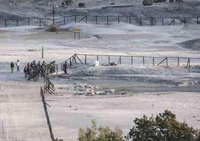 Tre morti nel cratere della Solfatara a Pozzuoli: padre, madre e un figlio. Salvo un bambino