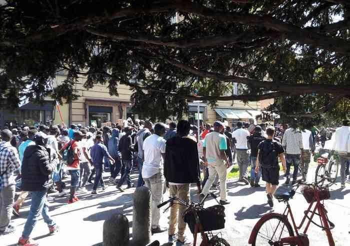 Migranti e studenti a passeggio insieme