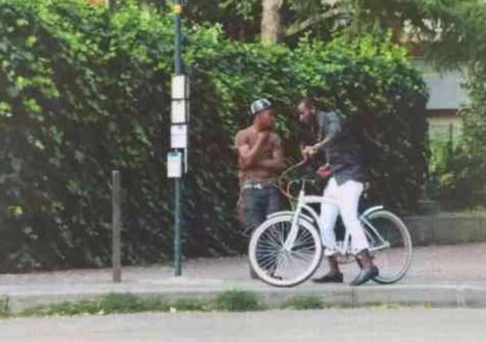 Nigeriano ubriaco fermato al parco, picchia i vigili: denunciato a piede libero