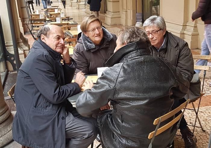 Quattro amici al bar in attesa di presentare la lista LeU a Bologna
