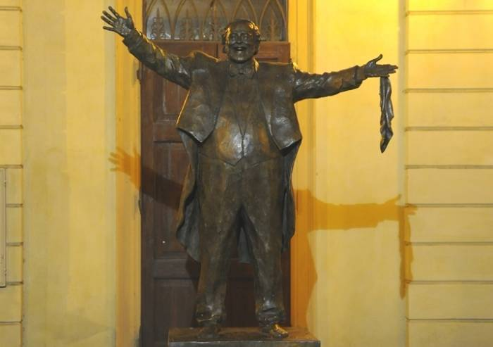 Vandali a Modena: una testa di maiale sulla statua di Pavarotti