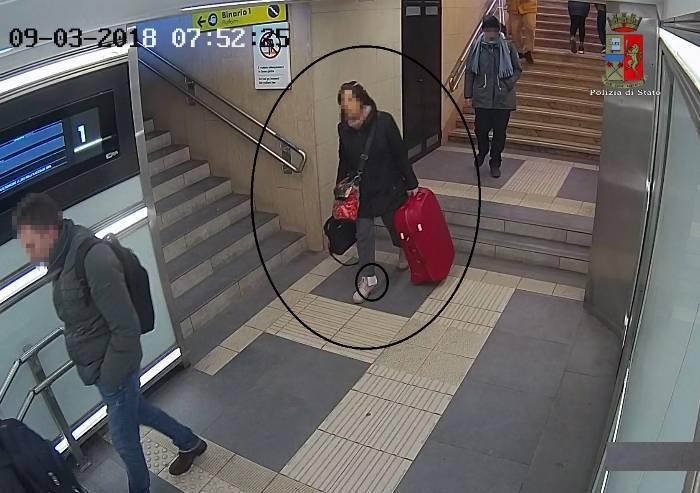 Giovane studentessa trova 1500 euro e li consegna alla Polizia
