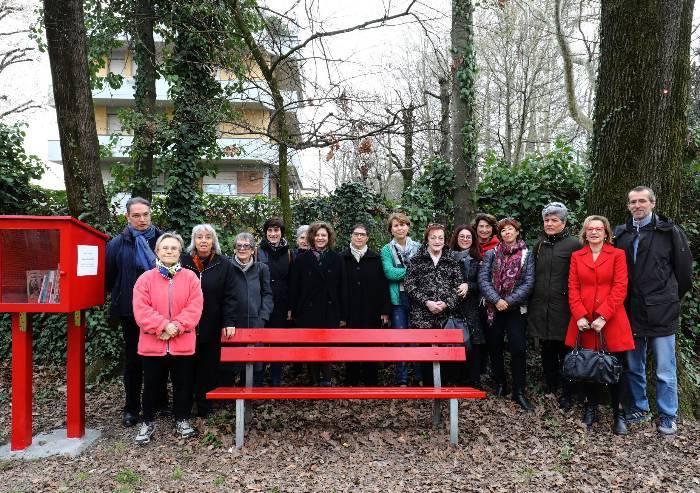 Violenza sulle donne, una panchina rossa a Villa Ombrosa