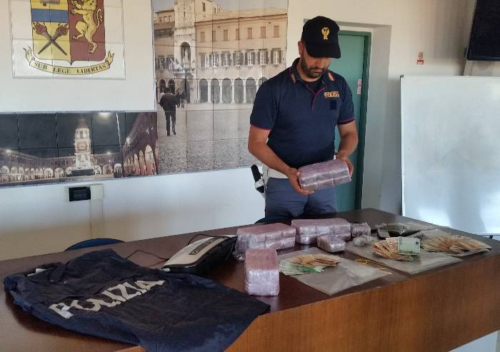 Oltre 14 chili di hashish nascosti in casa: in manette