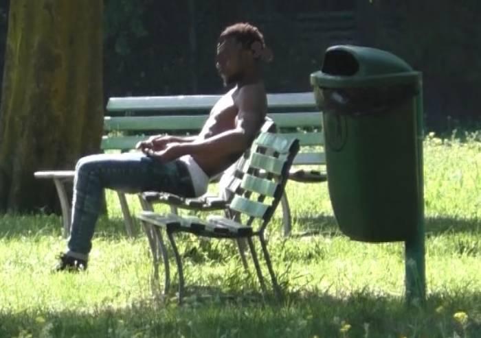 Minacciata nel parco mentre guarda il telefonino: 'Non mi filmare'