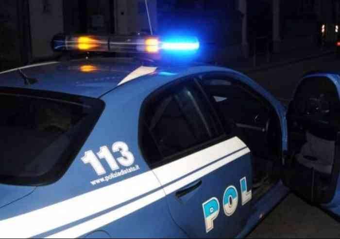 Rischiano frontale con la Polizia e aggrediscono agenti: bloccati