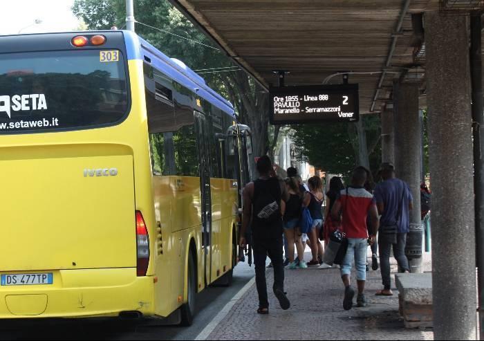 Seta, bus in servizio con porta legata con la corda: multa da 700 euro