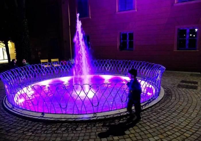 Tumore al seno, a Carpi fontana dei Giardini del Teatro diventa rosa