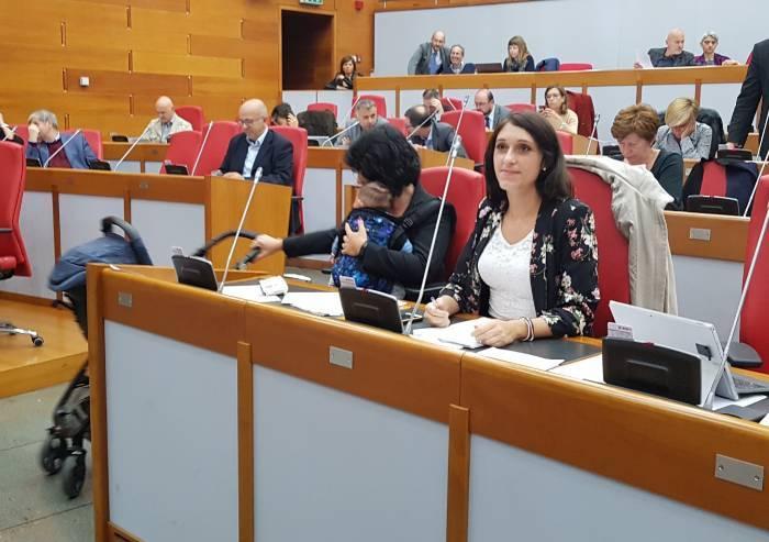 Assemblea regionale, Sensoli (M5S) in aula col bimbo neonato