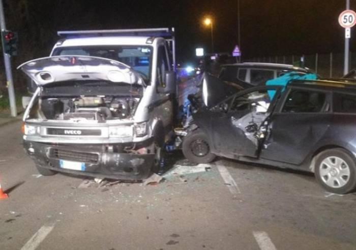 Schianto tra due auto e un pulmino: 6 bambini feriti