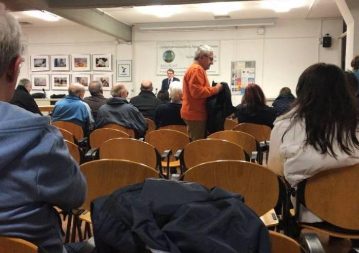 Il sindaco contestato nell'appuntamento PD: 'Ecco perché non la voteremo più'