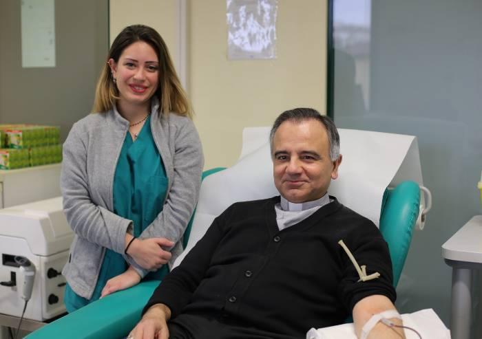 Prima donazione di sangue a Modena per il vescovo Castellucci