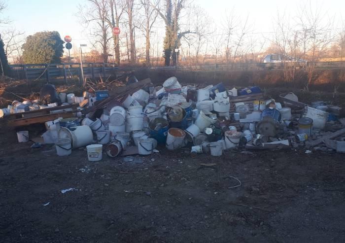 Sassuolo, 120 contenitori di rifiuti tossici abbandonati nel torrente