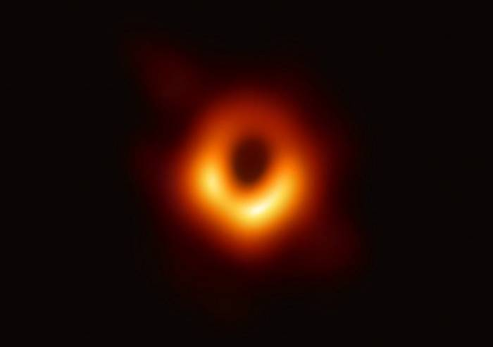 L'umanità si regala la prima foto di un buco nero
