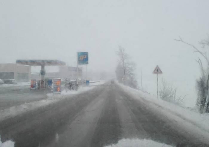 Neve in Appennino già da bassa quota, traffico in tilt