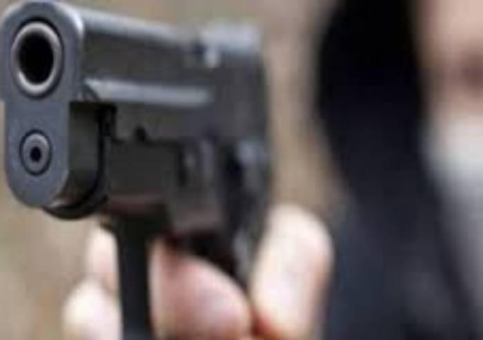 Venditore di contratti luce insistente, minacciato con pistola