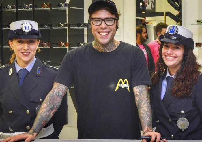 Polizia municipale con Fedez: il selfie con le due agenti