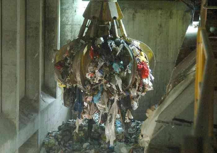 Il Comune aderisce a 'plastic free', poi con Hera la brucia nell'inceneritore