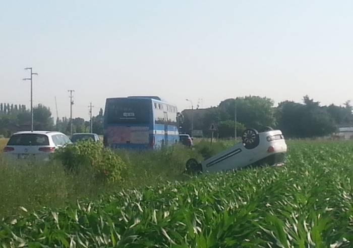 Lesignana, auto ribaltata: ferita la conducente