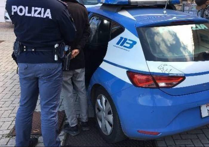 Ruba su auto in sosta e aggredisce poliziotto: arrestato clandestino