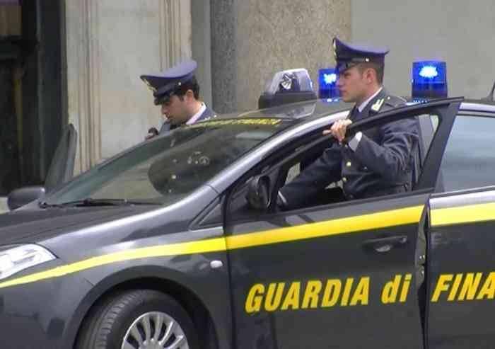 Blitz della Finanza, perquisizioni in Comune a Reggio: 15 indagati