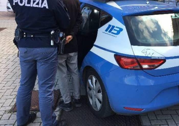 Con coltello contro passante e poliziotto: arrestato clandestino