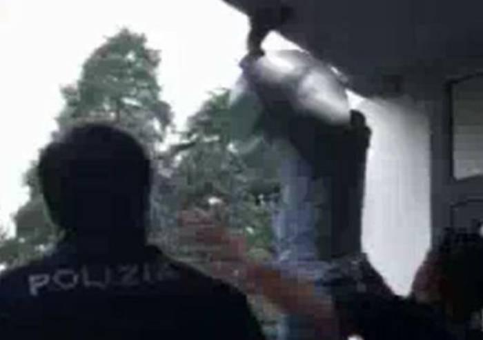 Minaccia di lanciarsi nel vuoto, salvata in extremis da due poliziotti