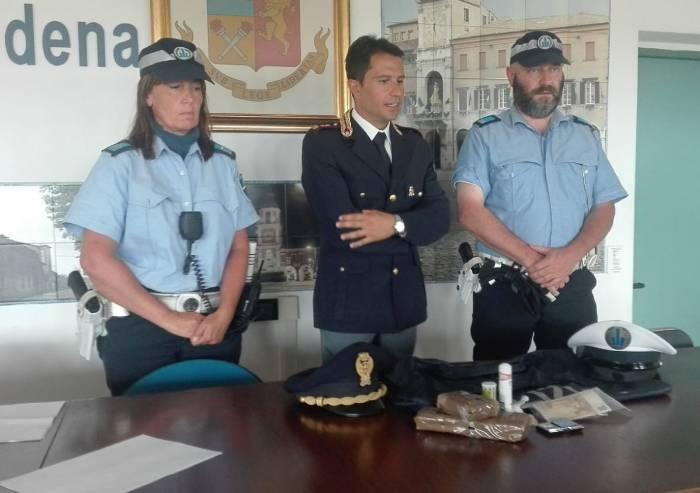 Centrale di spaccio dietro l'ospedale di Baggiovara: tre arresti