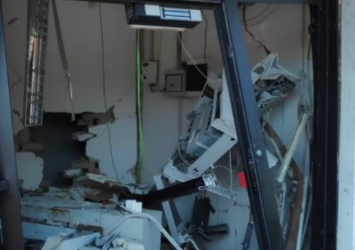 Carpi, fanno esplodere bancomat e rubano 10.000 euro