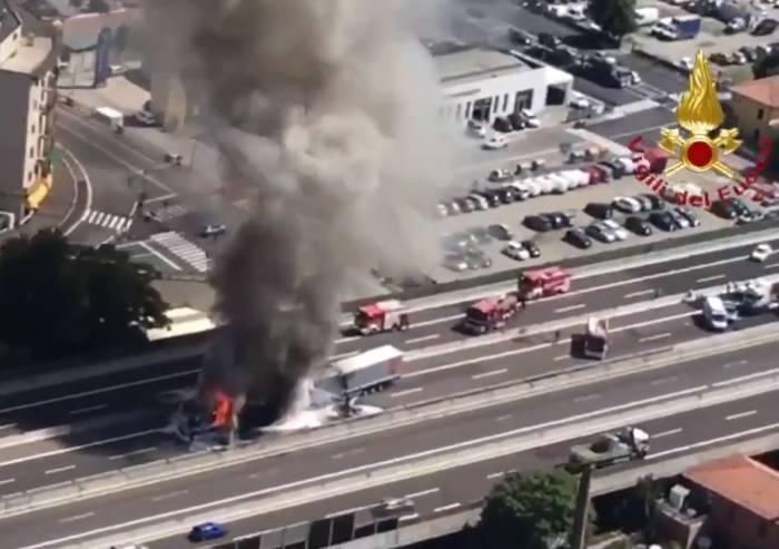 Torna l'incubo sulla A14: tir in fiamme, un morto