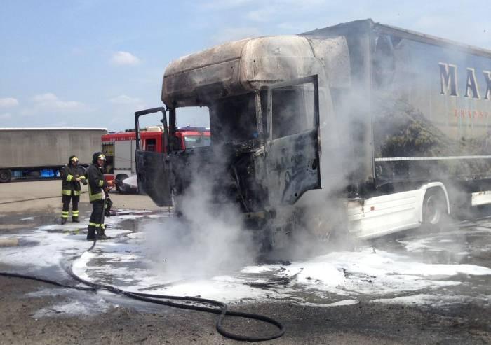 Sassuolo, distrutto delle fiamme camion nel parcheggio Marazzi