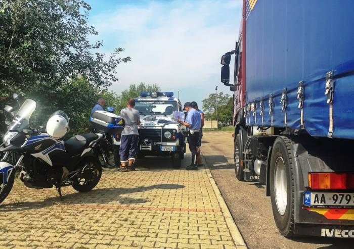 Modena, fermato tir con pneumatici usurati
