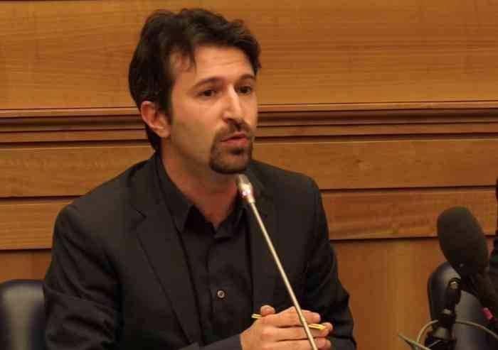 Dell'Orco ridicolizza Salvini: 'Perchè Dudù non si è ancora dimesso?'