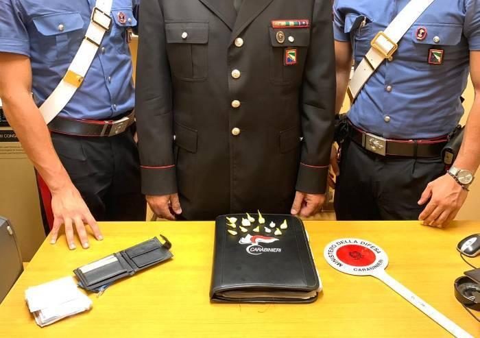 Fugge dai Carabinieri e perde 12 dosi di cocaina