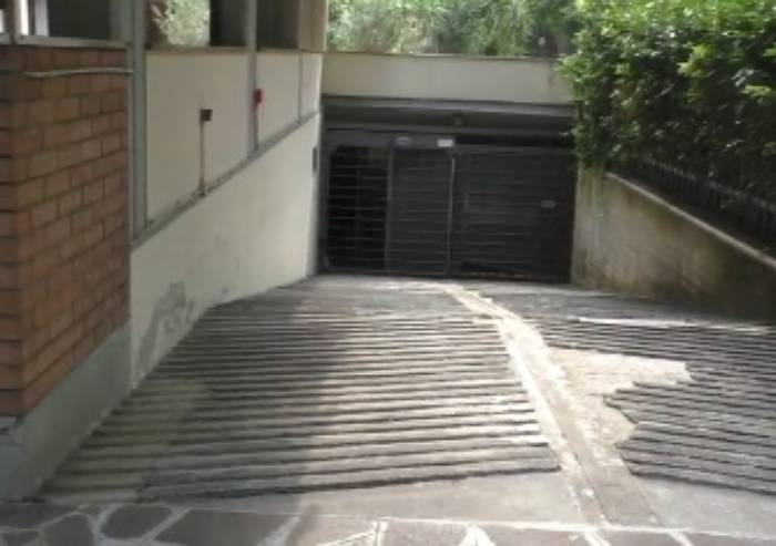 Ruba nei garage in via Crespellani: arrestato dalla Polizia