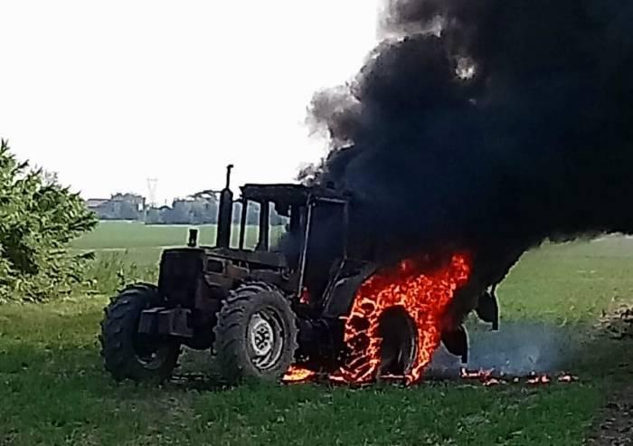 Concordia, trattore distrutto dalle fiamme