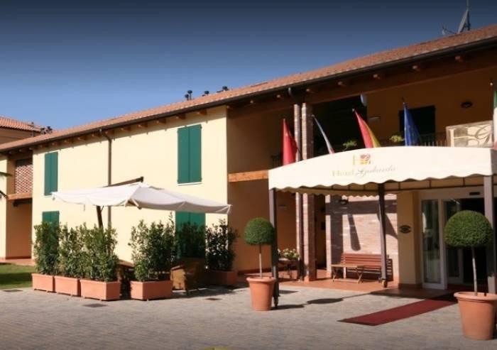 Cadaveri di uomo e donna trovati in hotel a Carpi