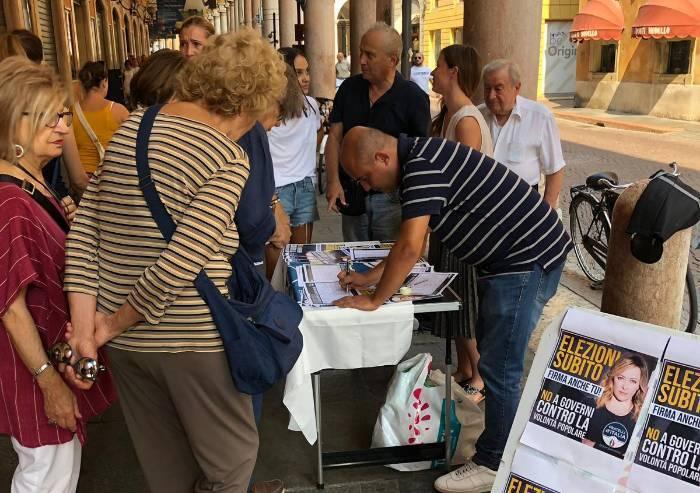 'No al governo degli inciuci e delle poltrone': fila ai banchetti Fdi