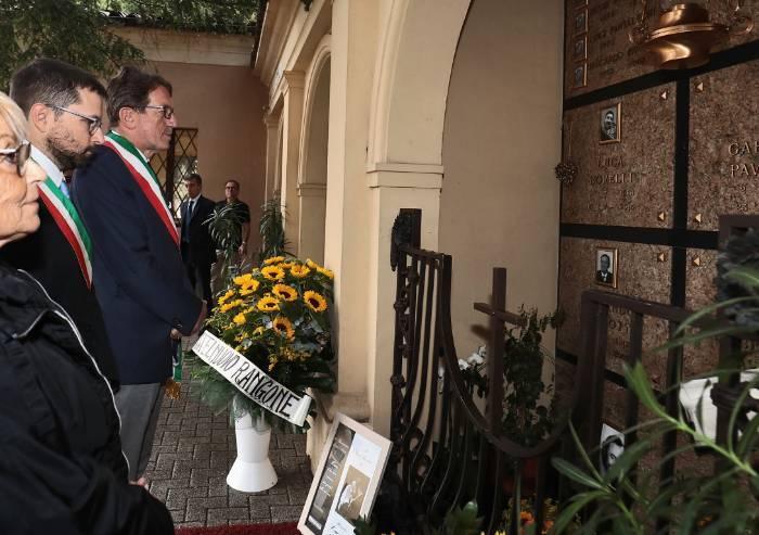 Dodici anni fa moriva Pavarotti: la figlia con Muzzarelli al cimitero