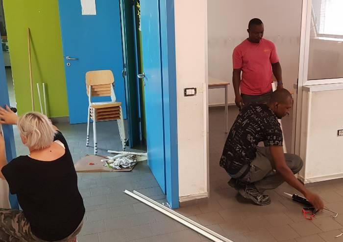 Modena, genitori e richiedenti asilo tinteggiano le scuole comunali