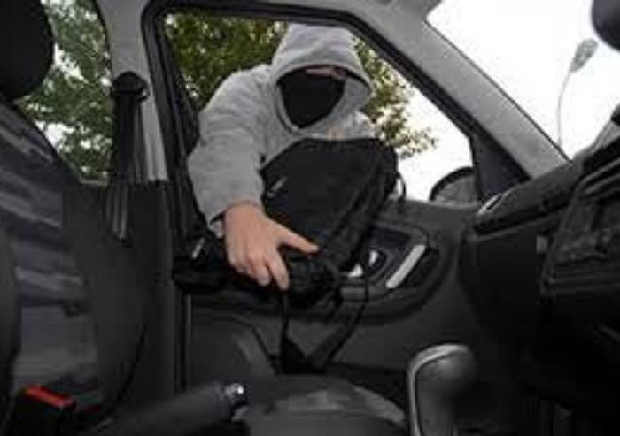 Professionisti dei furti su mezzi in sosta: due nomadi arrestati al Grand'Emilia