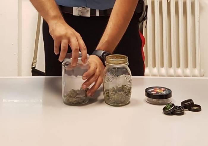 Trova droga nella stanza del figlio: madre porta tutto ai Carabinieri