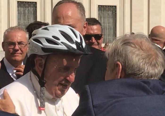 E il Papa fa da testimonial della campagna per la sicurezza in bici
