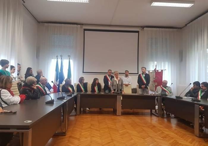 Cippi partigiani distrutti, cerimonia in Consiglio e alla fine si canta 'Bella ciao'