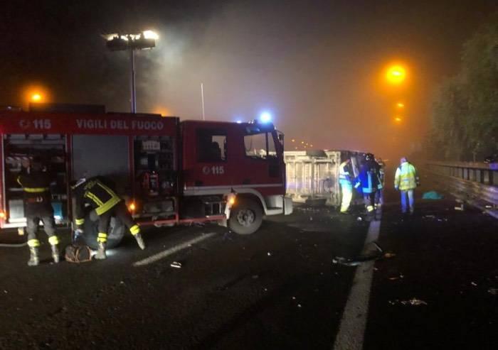 Schianto in A1 tra pullman e furgone: un morto